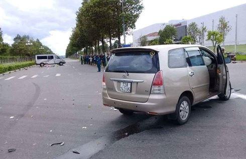 Xe 7 chỗ tông lật xe 16 chỗ, bé trai 11 tuổi bay ra ngoài tử vong - 1