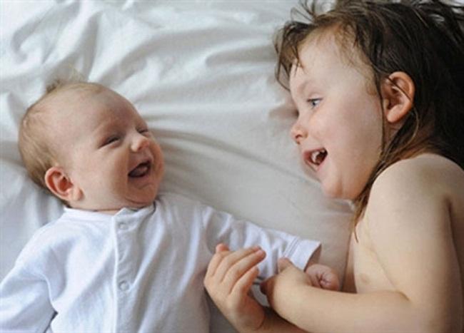 """7 điều cha mẹ chớ quên để con không cảm giác bị """"ra rìa"""" khi có em bé - 1"""