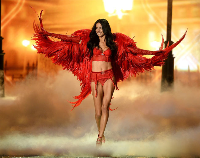 """Adriana Lima là một trong những """"quốc bảo mỹ nữ"""" Brazil. Cô là thiên thần nội y kỳ cựu của Victoria's Secret."""