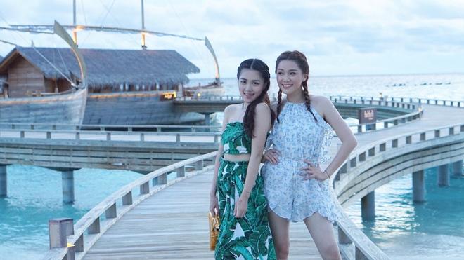 4 cặp chị em sexy nức tiếng xứ Cảng Thơm - 1