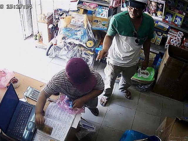 """Clip: Bé trai 10 tuổi theo """"cha"""" dàn cảnh ăn trộm khắp Sài Gòn"""