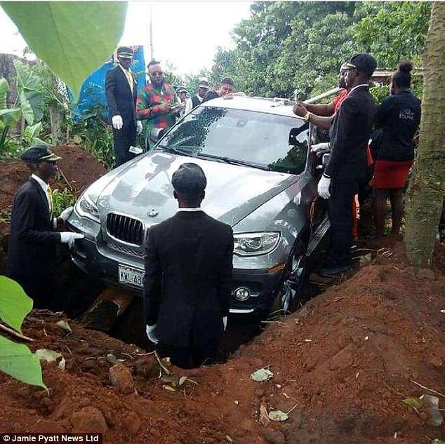 Nigeria: Con trai chôn cha cùng chiếc xe BMW trị giá 2 tỷ đồng - 1