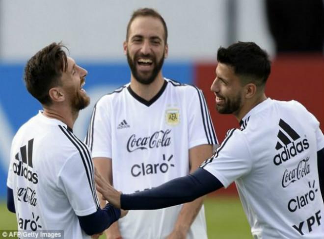 "World Cup 2018: Argentina ""gây bão"", tam tấu Messi – Aguero – Higuain tươi rói - 1"