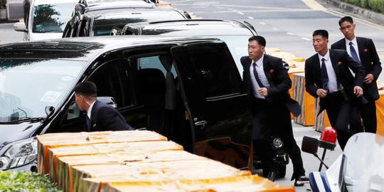 """Thượng đỉnh Mỹ-Triều: Khoảnh khắc """"ấm áp"""" hiếm hoi của vệ sĩ ông Kim - 1"""