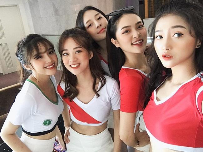 Hot girl Linh Thỏ, Diệu Linh, Trâm Anh, Mai Anh và Đỗ Linh (từ phải qua) mặc trang phục thể thao năng động cổ vũ World Cup 2018.