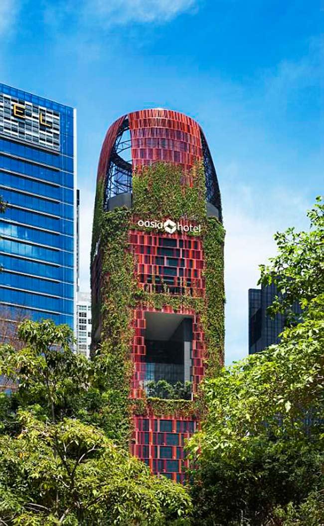 1. Tòa nhà cao nhất thế giới - Oasia Downtown, Singapore  Tòa nhà nổi bật giữa đường phố Singapore Osia Downtown sở hữu thiết kế độc đáo với tổng số 54 loài thực vật được nuôi leo dọc bên ngoài tòa nhà. Nó được ca ngợi vì đã cung cấp một không gian sống xanh cho khu vực dân cư xung quanh.