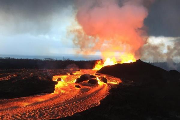 Núi lửa chết chóc ở Hawaii tạo ra cả vùng đất mới rộng lớn - 1