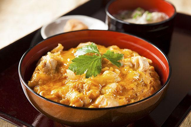 1.Oyakodon  Món này bên dưới là gạo, bên trên là hỗn hợp trứng, hành tây, thịt gà, ăn lúc nóng rất ngon và có thể rưới thêm chút nước tương shoyu thì hương vị sẽ mặn mà hơn rất nhiều.