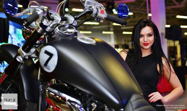 Người đẹp Nga bên mẫu môtô hàng khủng.