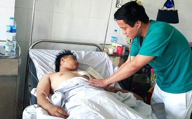 Cứu sống ngoạn mục thanh niên 18 tuổi bị dao đâm xuyên tim - 1