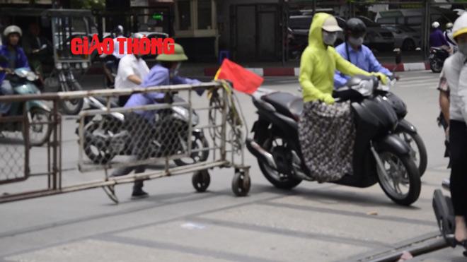 """Video: Hãi hùng những pha """"trêu ngươi"""" tàu hỏa ở Hà Nội - 1"""