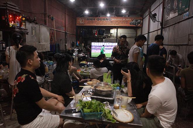 Người dân Thủ đô đổ xô tới các quán nhậu xem trận khai mạc World Cup - 1