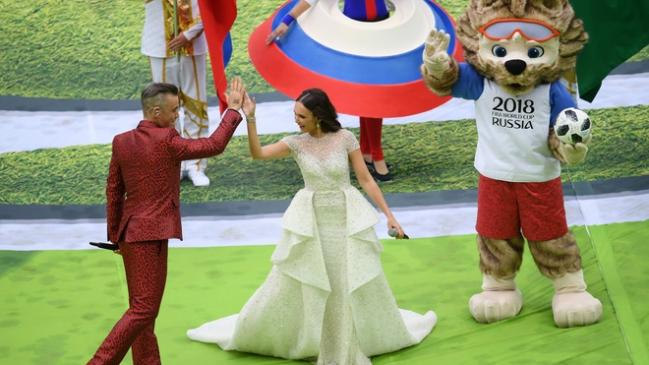 """""""Ngón tay thối"""" của ca sĩ hát chính gây phẫn nộ tại khai mạc World Cup - 1"""