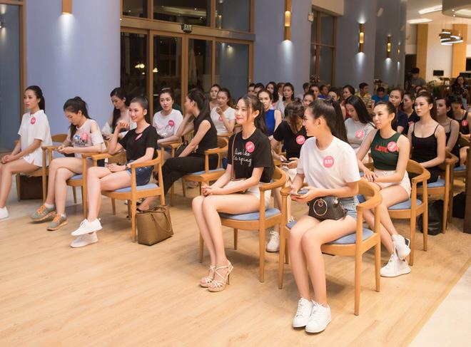 Thí sinh Hoa hậu Việt Nam mặc quần siêu ngắn cổ vũ World Cup - 1