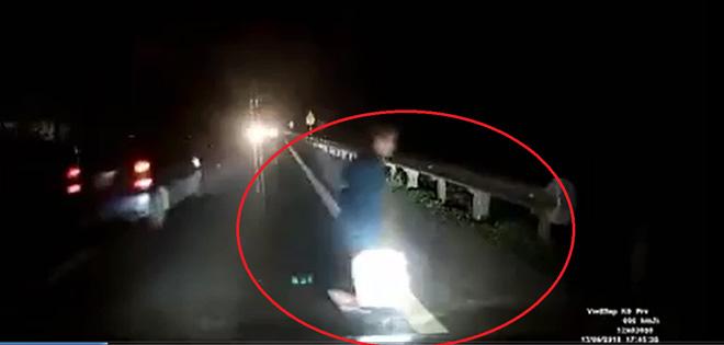 Clip tài xế hoảng hồn tránh bà cụ băng qua đường trước mũi ô tô - 1
