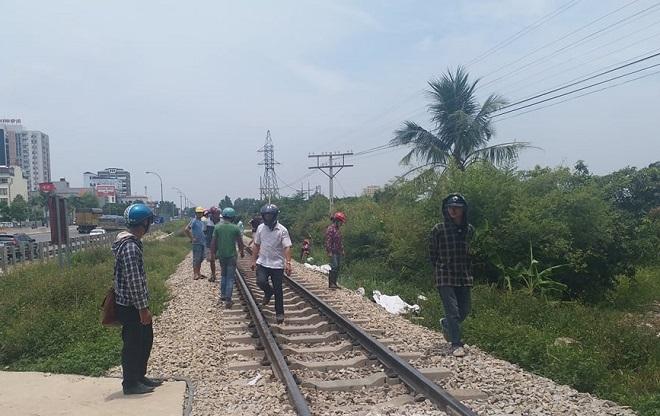 Cố băng qua đường ray khi tàu đang lao tới, đôi nam nữ tử vong - 1
