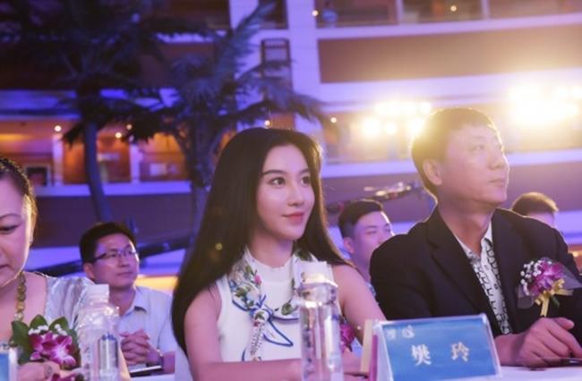 """Sau 4 năm, cái tên Phàn Linh bất ngờ """"nóng"""" trở lại khi World Cup 2018 được tổ chức ở Nga. Nhiều người hâm mộ tò mò tìm hiểu về cuộc sống hiện tại của cô nàng. Đầu năm 2018, tờ 163 của Trung Quốc đưa tin, """"mỹ nữ kẹp điện thoại"""" được Ban tổ chức cuộc thi Hoa hậu Du lịch Trung Quốc toàn cầu bổ nhiệm làm Đại sứ hình ảnh du lịch Trung Quốc."""