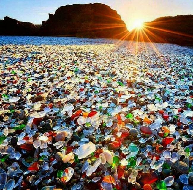 Bãi biển thủy tinh, Mỹ: Bãi biển thủy tinh ở bang California từng có quá khứ đen tối. Cách đây nhiều năm, người dân địa phương đã vứt rác xuống vùng biển này và những mảnh thủy tinh vỡ sắc nhọn bị sóng biển bảo mòn thành hình dạng như ngày nay.