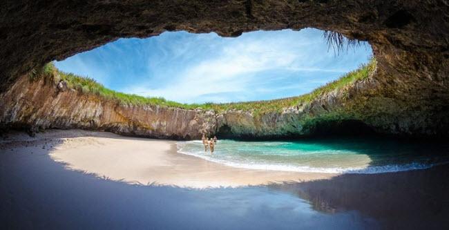 Bãi biển Playa del Amor, Mexico: Đây là một trong những bãi biển đẹp nhất ở Mexico. Nó nằm bên trong một hang động với cổng trời cực lớn trên quần đảo Islas Marietas. Playa del Amor còn được biết với một cái tên khác là Bãi biển tình yêu.