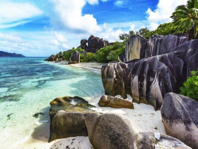 Bãi biển Anse Source d'Argent, Seychelles: Bãi biển cát trắng được tô điểm bằng những tảng đá granite khổng lồ và nước biển trong xanh như ngọc. Đây cũng là một số ít bãi biển hướng về phía tây, nơi du khách có thể chiêm ngưỡng cảnh tượng mặt trời lặn trên biển.
