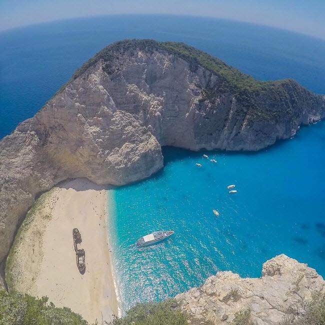 Bãi biển Navagio, Hi Lạp: Đây là một trong những bãi biển nổi tiếng và được chụp ảnh nhiều nhất ở Hi Lạp.