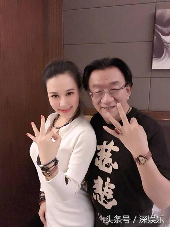 Giữa tháng 12.2017,nam diễn viên hài Trung QuốcHầu Diệu Hoa, 72 tuổi nhận một sao nữ vô danh tên Anna Kim(27 tuổi) làm đệ tử gây xôn xao dư luận. Từ đó,thông tin về Anna Kim cũng được nhiều người quan tâm hơn, đồng thời giúp cô đào tự nhận là diễn viên gốc Việt nổi tiếng.