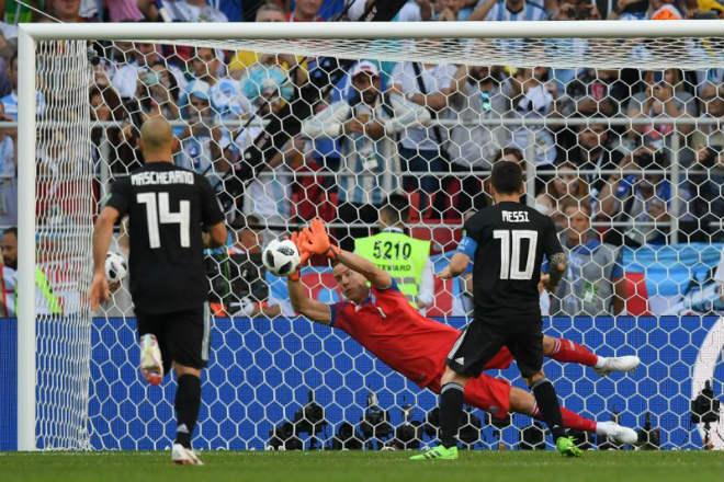 """""""Người nhện"""" Iceland siêu đẳng: Messi chào thua, Argentina ôm hận - 1"""
