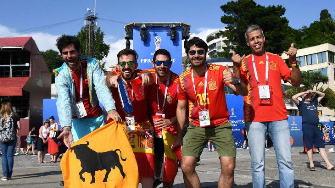 """Ấn tượng World Cup 16/6: Nụ hôn xuyên biên giới BĐN - TBN """"đốt cháy"""" khán đài - 1"""