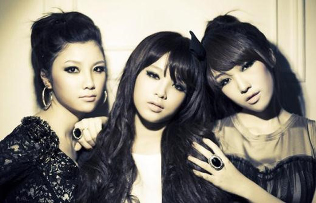 Hạnh Sino là học trò cưng của nam ca sĩ Tuấn Hưng, đồng thời cũng chính là bạn thân của Hương Baby - bà xã Tuấn Hưng. Trước khi phát triển con đường ca sĩ solo, Hạnh Sino từng là thành viên nhóm nhạc 3 hot girl gồm cả Huyền Baby và Emily.