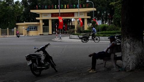 """Vụ gây rối ở Bình Thuận: """"Thấy tội mấy anh công an, bị ném mà cứ đứng đỡ"""" - 1"""