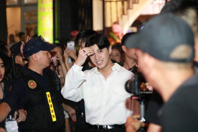 Noo Phước Thịnh xin vệ sĩ nhẹ tay với fan tại sự kiện - 1