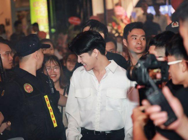 Noo Phước Thịnh tiếp tục 'ghi điểm' khi xin vệ sĩ nhẹ tay với fan tại sự kiện