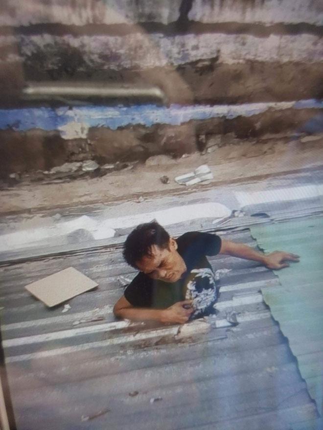 Đi ăn trộm điện thoại, thanh niên bị mắc kẹt trên mái nhà ở Sài Gòn - 1