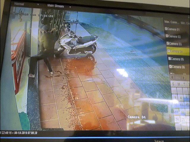 Nam thanh niên dùng búa xông vào tiệm vàng cướp hàng chục dây chuyền