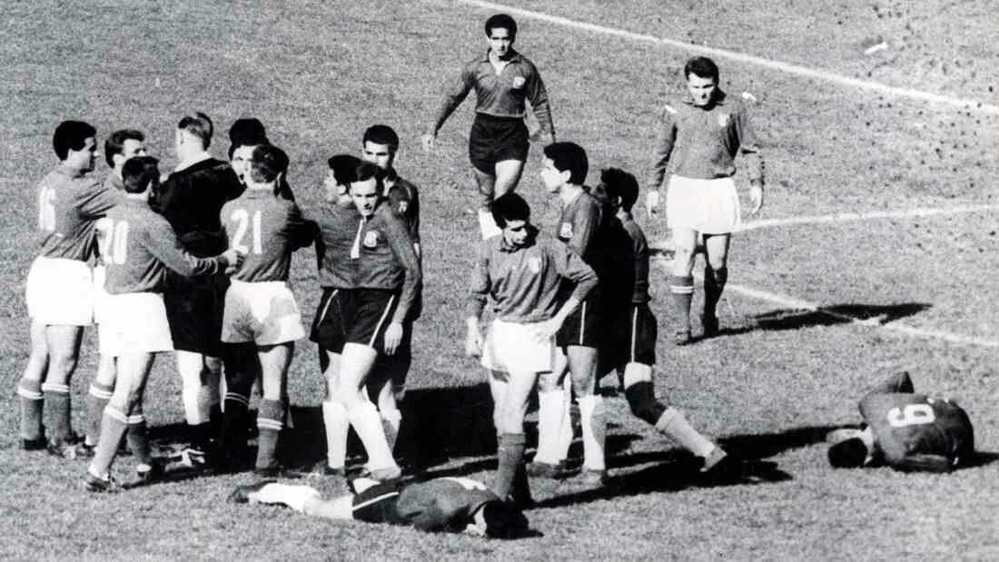 Trận bóng World Cup tàn bạo, đáng quên nhất lịch sử thế giới - 1