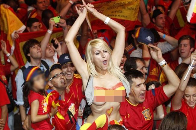 """Sara Luengo vốn là một vũ công thoát y nhưng đổi đời nhờ cổ vũ bóng đá. Sau ngày bỗng nhiên """"hot"""" nhờ màn cởi áo khoe ngực ăn mừng chiến thắng của ĐT Tây Ban Nha tại Euro 2012, người đẹp được mệnh danh là """"chuyên gia khỏa thân"""" hay """"Larissa Riquelme của xứ sở bò tót""""."""