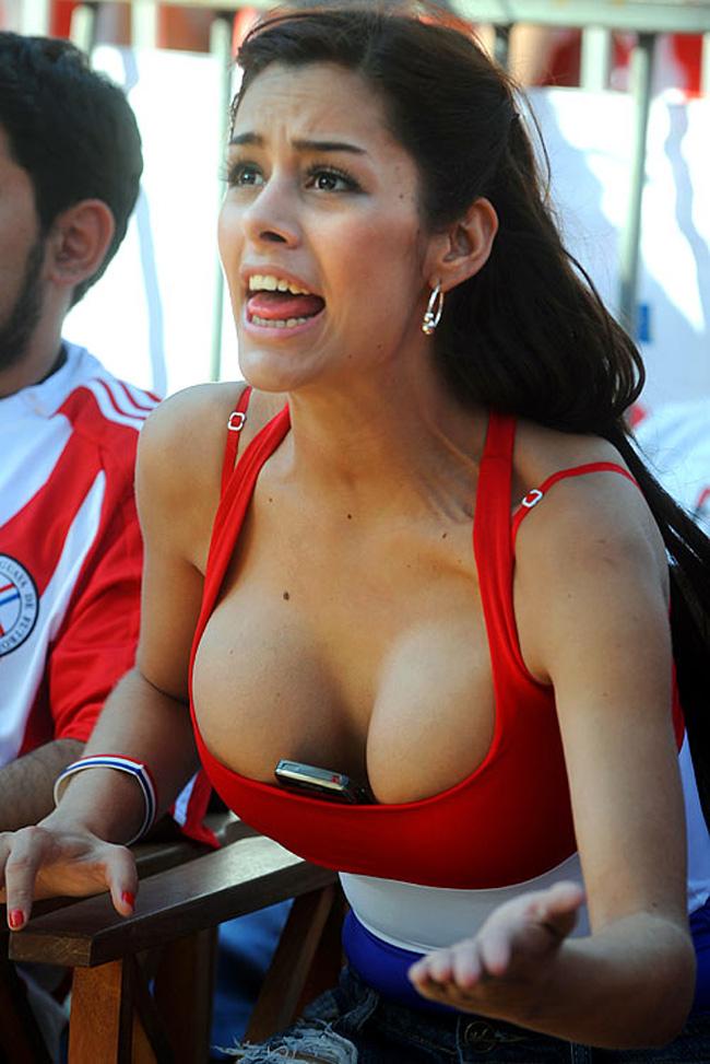 Cô nàngLarissa Riquelmevới số đo 3 vòng siêu khủng (98-60-94)từng gây sốt bằng màn cổ vũ kẹp điện thoại vào ngực.
