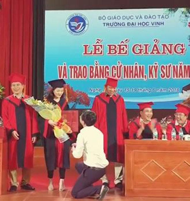 """Thầy giáo quỳ gối cầu hôn nữ sinh trong lễ tốt nghiệp: """"Đúng người sai địa điểm"""" - 1"""