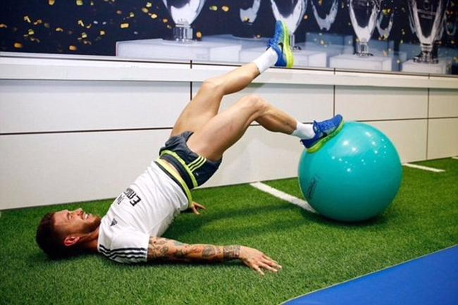 Ramos không chi chú trọng vào phần trên cơ thể mà ngay cả các bài tập chân cũng đều được anh thực hiện đầy đủ để tạo sự cân đối.