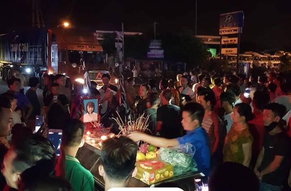 Người thân 2 thiếu nữ tử vong ở Hưng Yên mang quan tài ra phố - 1