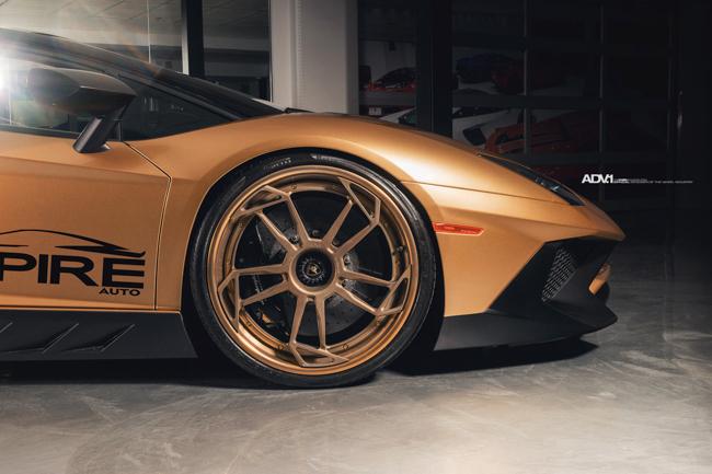 Về phần ngoại thất, Lamborghini Aventador SV Roadster được phủ lớp sơn ngoại thất màu vàng mờ (Matte Gold) tương phản với các chi tiết sợi carbon như: cản trước, ốp gương, ốp sườn hai bên và phần cản sau với các cánh khuếch tán gió cực lớn. Tuỳ theo nhu cầu khách hàng, màu vàng mờ sẽ được sơn khắp xe hoặc một vài chi tiết làm điểm nhấn.