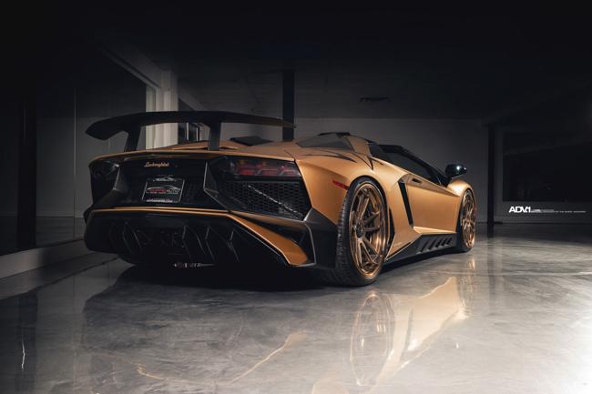 """Xe được ra mắt vào cuối năm 2015 giới hạn chỉ 500 chiếc trên toàn thế giới với giá bán xuất xưởng lên đến 500.000USD. Tại Việt Nam, chỉ có duy nhất một chiếc Lamborghini Aventador SV thuộc sở hữu của đại gia Minh """"Nhựa"""" với giá bán sau khi đóng đủ mọi loại thuế phí lên đến hơn 35 tỷ đồng."""