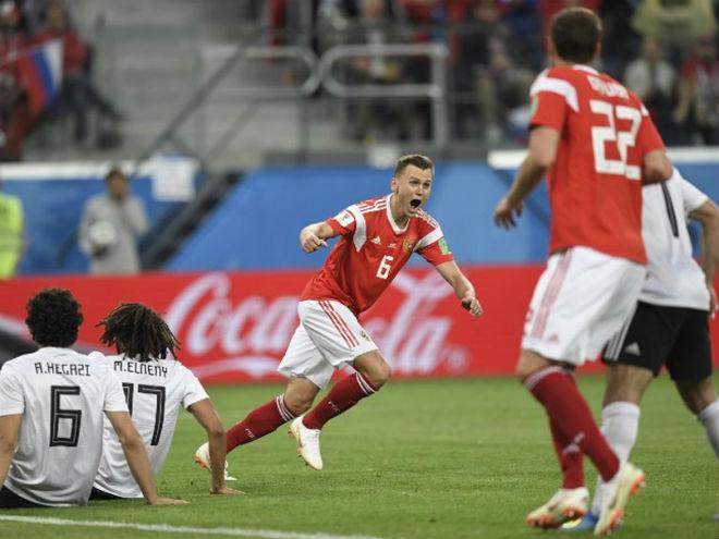 Bi hài World Cup 2018: CĐV chủ nhà bị đuổi đánh sấp mặt vì nghịch dại - 1