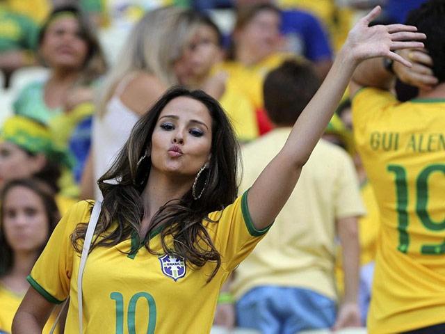 Kiều nữ siêu gợi cảm nhảy múa tưng bừng ăn mừng Brazil
