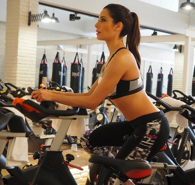 Pilar Rubio sở hữu phần bụng săn chắc, nổi rõ múi cơ nhờ tích cực tập gym. Cô tập các bài tổng hợp cho toàn thân.