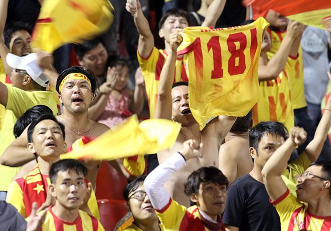Dàn người đẹp quên World Cup, ăn mừng với CĐV số 1 V-League - 1