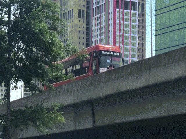 HN: Ôtô đi lùi trên cao tốc để nhường đường cho xe máy khiến nhiều người khó hiểu