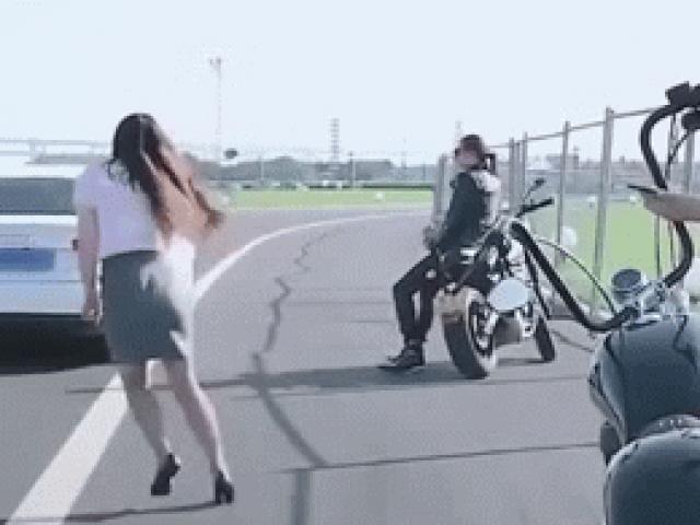 Video: Chân dài bên môtô trổ tài đá chai như Toni Kroos ghi bàn