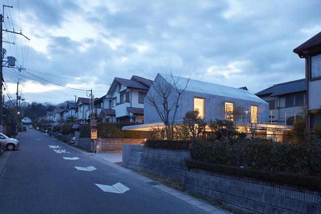 Các căn nhà được tách biệt riêng. Mỗi nhà nằm cách nhau một khoảng và có tường rào bao quanh nhà.