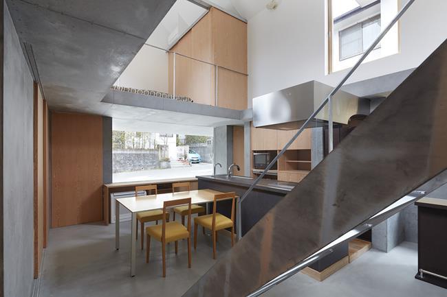 Sau đó, họ sử dụng hình dạng này để thống nhất các đặc tính không gian trong nhà, bằng cách tạo ra một giếng trời ở ngay giữa nhà.